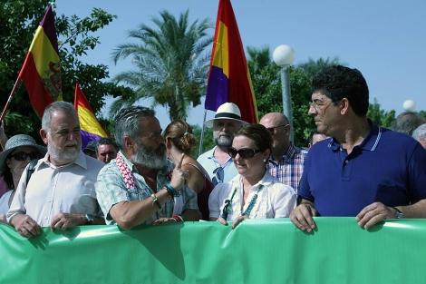 Gordillo charla con Valderas y la alcaldesa de Casares, en el acto de Blas infante. | E. Lobato