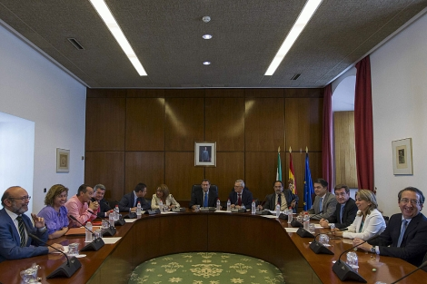 Los integrantes de la comisión de investigación el día en que se constituyó.| Efe