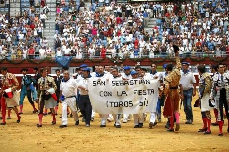 Toreros y areneros piden la continuidad de los toros en Illumbe. | Jon Corostola