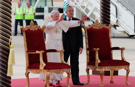 El Papa Benedicto XVI saluda junto al primer ministro libanés,Michel Suleiman, en Beirut. | Afp