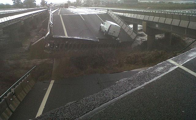 El derrumbe del puente de la A-7 entre Lorca y Puerto Lumbreras. | Imagen cedida por LVT Moto