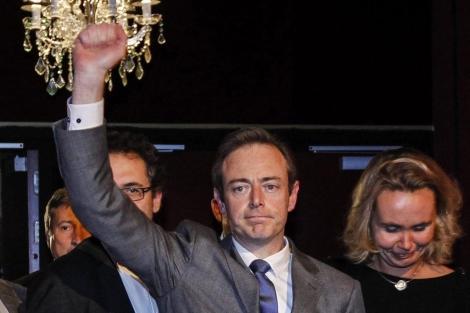 El líder de Nueva Alianza Flamenca, Bart De Weve, celebra la victoria de su partido. | Efe