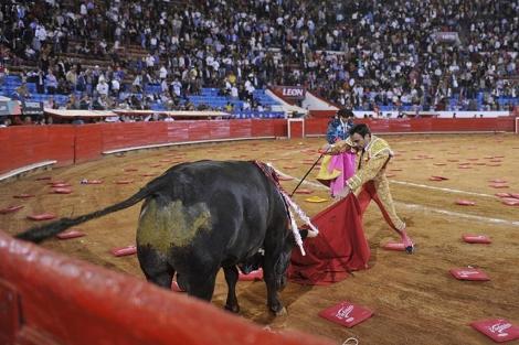 Ponce apuntilla a su toro de regalo en La Monumental. | Efe