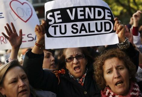 Protesta contra el 'desmantelamiento' del Hospital La Princesa. | Reuters