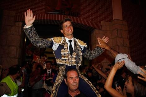 El Juli, saliendo por la puerta grande en Madrid. | Javier Barbancho