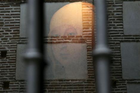 Reflejo de un cartel con el retrato de Isabel la Católica en el Palacio Real Testamentario.