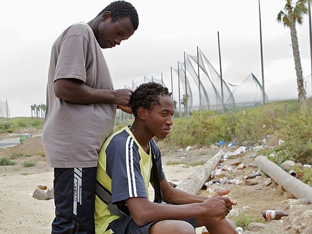 Inmigrantes ilegales en las proximidades del Ceti (Centro de Estancia Temporal de Inmigrantes), en Melilla. | Carlos García Pozo