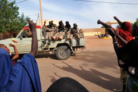 Aclamados los soldados de Mali tras recuperar la ciudad maliense de Gao.   Afp