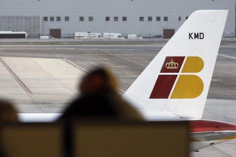 Un avión de Iberia en el aeropuerto de Barajas. | Efe