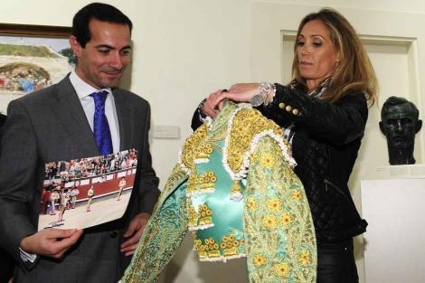 Cristina Sánchez entrega el traje de luces a Salvador Victoria. | Bernardo Díaz
