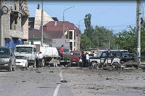 Restos del coche bomba a la salida del edificio frente al que se ha producido el ataque. | Afp