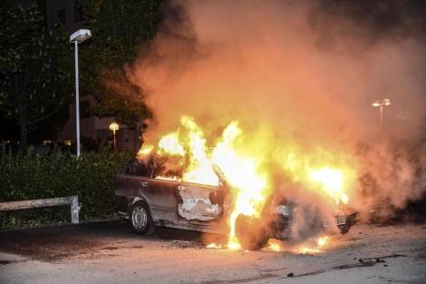 Imagen de un vehículo ardiendo en las calles de Estocolmo