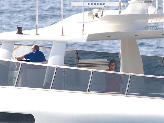 El Rey Juan Carlos y la Reina Sofía a bordo del yate 'Fortuna' durante el verano de 2005.   Gtres
