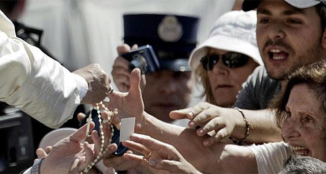 El Papa saluda a varios fieles en la Plaza de San Pedro.| Afp