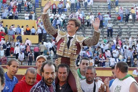 'El Juli' sale por la puerta grande en la última Feria de San Pedro en Burgos.   Santi Otero