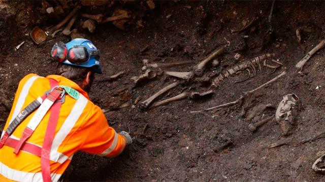 Algunos de los esqueletos desenterrados. | Reuters