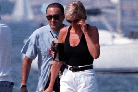 Diana de Gales y Dodi Al Fayed, en Saint Tropez pocos días antes de su muerte. | AP