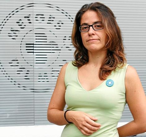 Belén Matesanz, de Metges del Món, frente a la sede de la entidad. | J. Avellà.