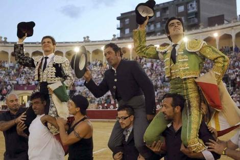 El Juli, el mayoral de Daniel Ruiz y Perera, a hombros.   Efe