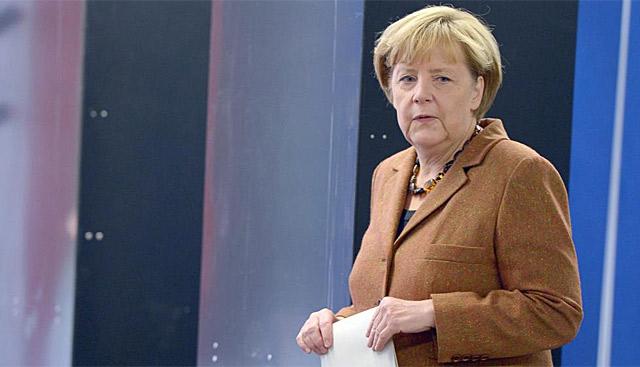 Angela Merkel antes de meter su voto en la urna. | Foto: Efe