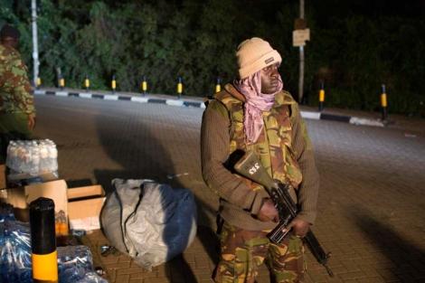 Un soldado keniano hace guardia en los alrededores del centro comercial. | Reuters