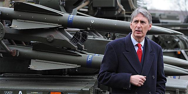 El secretario de Defensa, Philip Hammond, delante de una batería de misiles tierra-aire de la RAF. | Afp