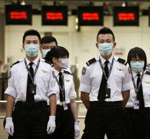 Trabajadores del aeropuerto de Hong Kong. (Foto: AFP)