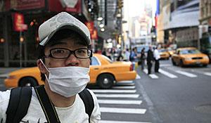 Un joven se protege con una mascarilla en Nueva York. (Foto: AP)