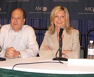 Olivia Newton-John junto a uno de los organizadores de ASCO. | Foto: María Valerio