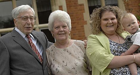 Edwards posa con la primera 'niña probeta', Louise Brown, junto a su madre y su hijo. | Foto: AFP