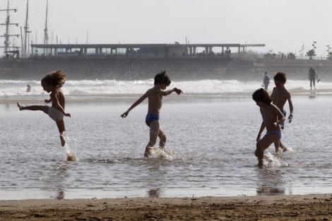 Niños jugando en la playa | Benito Pajares