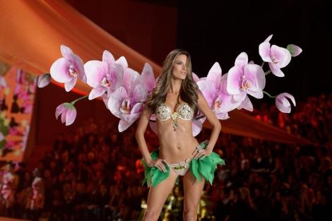 La modelo brasileña Alessandra Ambrosio desfila durante la Pasarela Victoria's Secret. | Efe