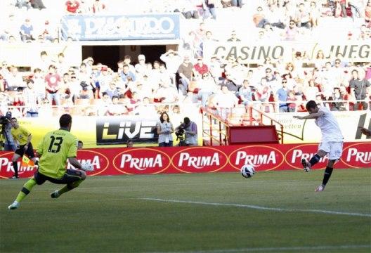 Кокс расстреляли их в 2-0 коробки.  Эспаньол вратарь был продан на милость сторону.