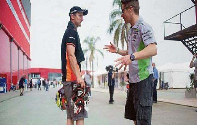 Colin Edwards (40) dialoga con Nicky Hayden (33).