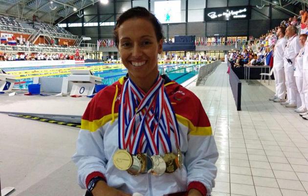 Teresa Perales posa con las siete medallas en los Europeos de Eindhoven.