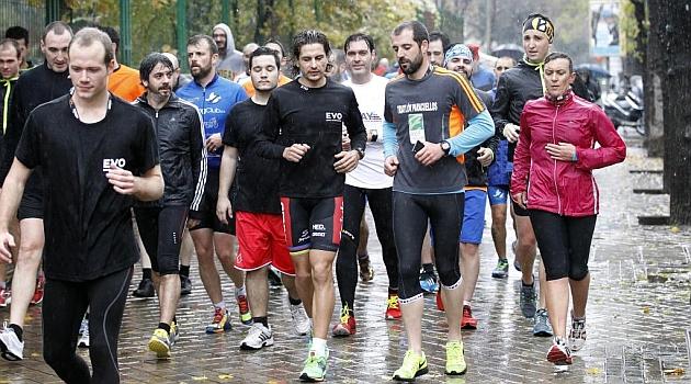 Iván Raña corre al frente del grupo de participantes de la 'Masterclass'. Foto: ÁNGEL RIVERO