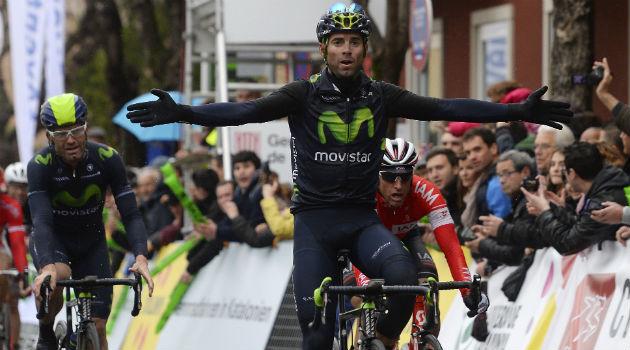Alejandro Valverde celebra en meta su triunfo en Olot. FOTO: Rafa Gómez / Ciclismo a fondo