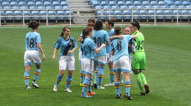 Las jugadoras de la selección Sub'19 se abrazan tras conseguir un gol en Portugal / Rubén Gómez
