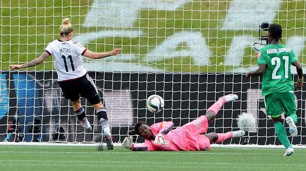 Anja Mittag anotando uno de los tres goles de su cuenta particular.