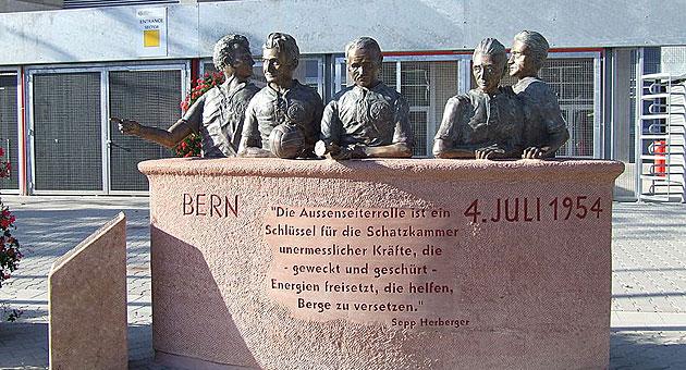Monumento a los campeones del mundo en 1954 del Kaiserslautern en el Fritz Walter Stadion