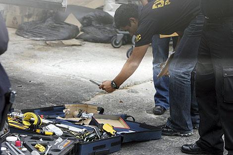 Policías investigan en una de las zonas afectadas. | Efe