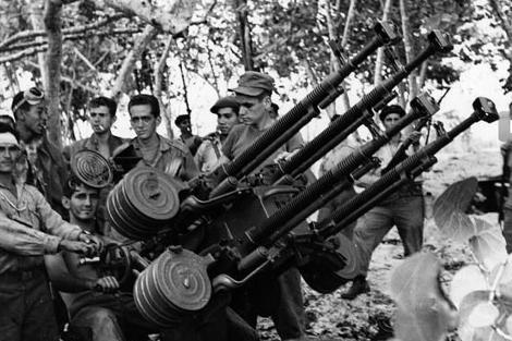 Un grupo de milicianos con una anti aérea en Playa Girón. | Archivo