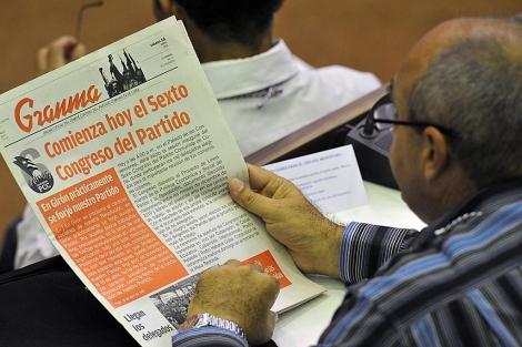 Un miembro del Partido Comunista de Cuba lee el 'Granma'. | AFP