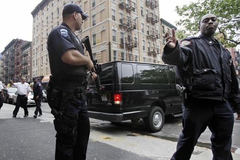 Agentes de la Policía de Nueva York armados frente al tribunal. | AP