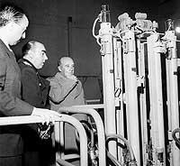 Franco y Carrero Blanco, frente al reactor nuclear del Juan Vigón (1958)