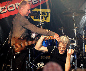 Sting y Stewart Copeland bromean, en una fiesta posterior a los Grammy. (Foto: AFP)
