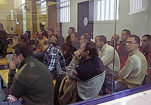 Los procesados, en el habitáculo blindado donde siguen el proceso. (Foto: LaOtra)