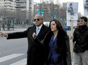 El delincuente Carlos Morín sale del juzgado. Detrás manifestantes pro vida con pancartas de AES.