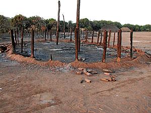 Restos de una cabaña que ha sido quemada en un poblado de los kuikuro, en Alto Xingú (Brasil). (Foto: 'Science')
