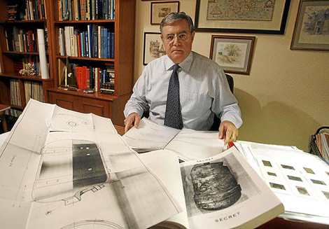 El investigador Vicente Juan Ballester Olmos, con los documentos del caso. (Foto: J. Cuéllar)